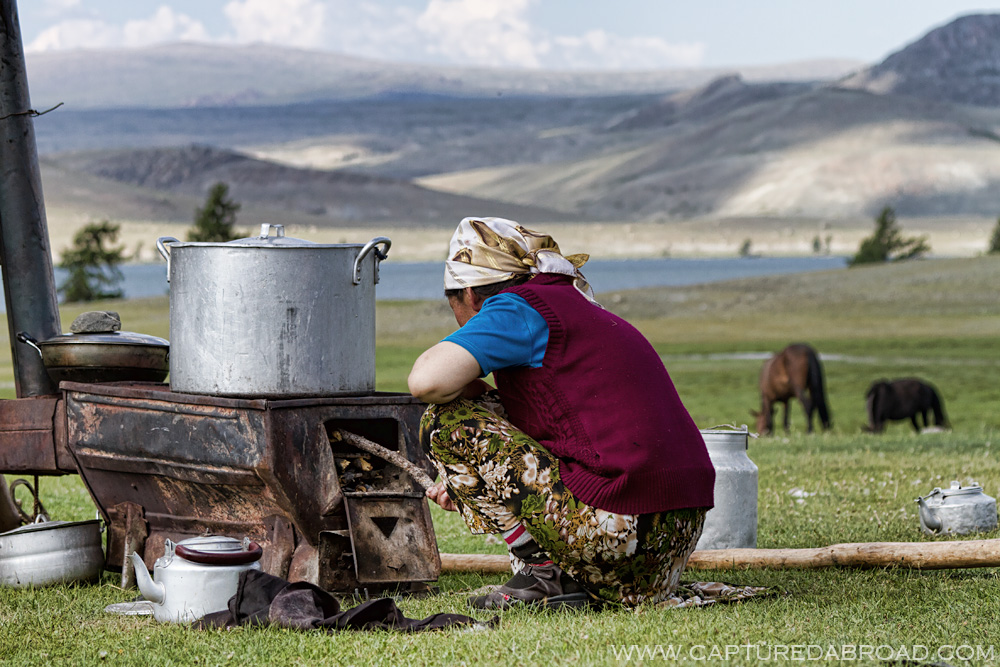 Altai Tavan Bogd, women cooking along the Khurgan lake