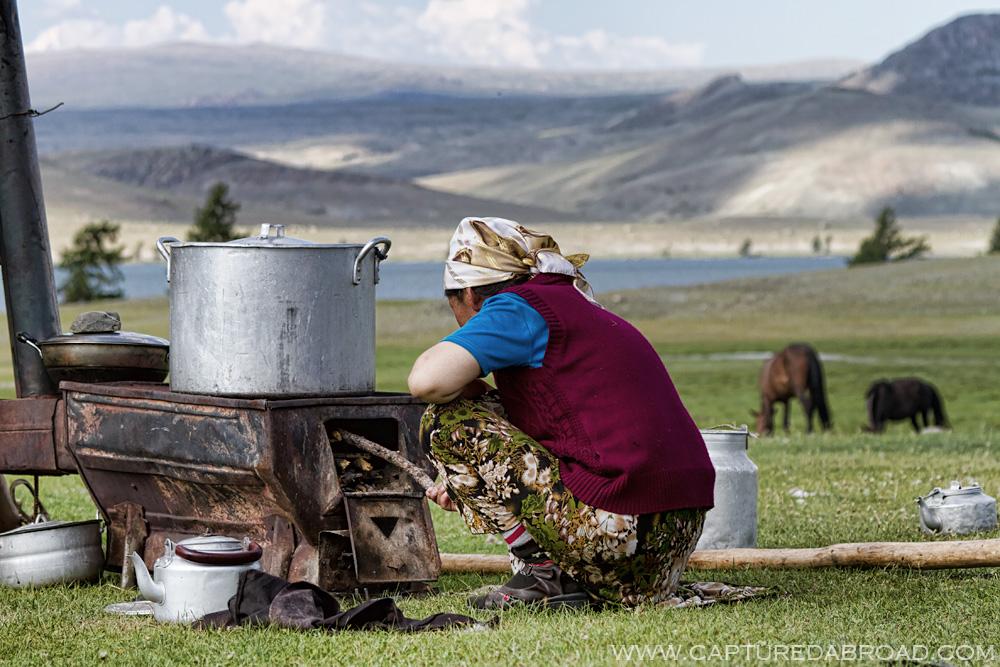 Altai Tavan Bogd, women cooking along the Khurgan lake